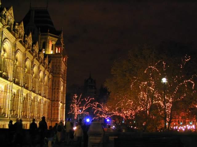 Luces junto al Museo de Historia Natural de Londres. Londres (Inglaterra) (Londres)