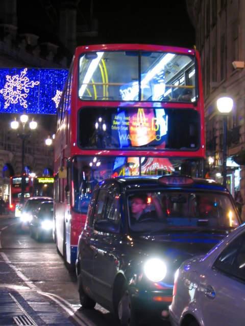 Navidad con los famosos autobuses ingleses. Londres (Inglaterra) (Londres)
