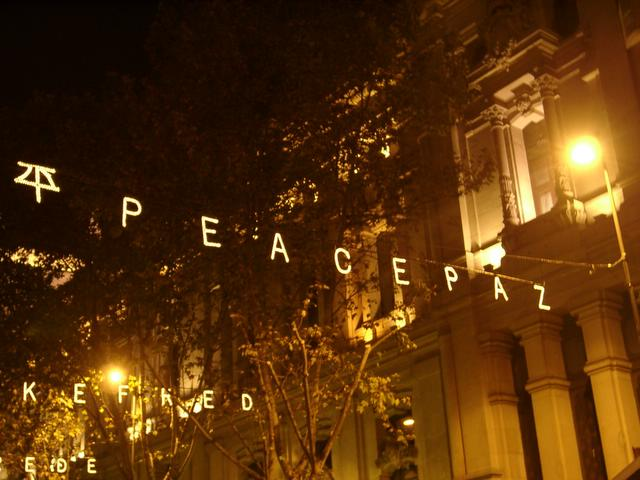 Detalle de la paz_ en Alcala. Navidad 2004 en Madrid