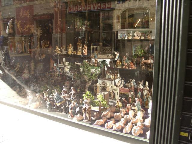 Detalle tienda de belenes. Navidad 2004 en Madrid