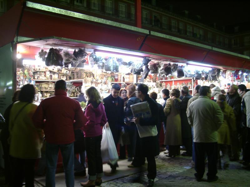 En los puestos de la Plaza Mayor. Navidad 2004 en Madrid