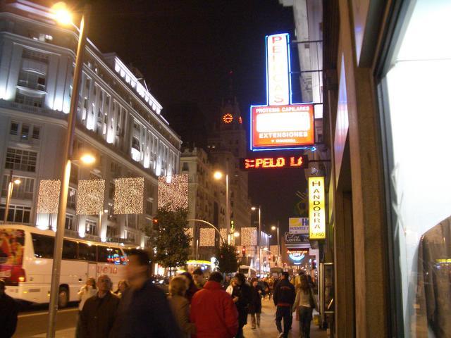 Gran Via de Navidad _al fondo el edificio de Telefonica_. Navidad 2004 en Madrid