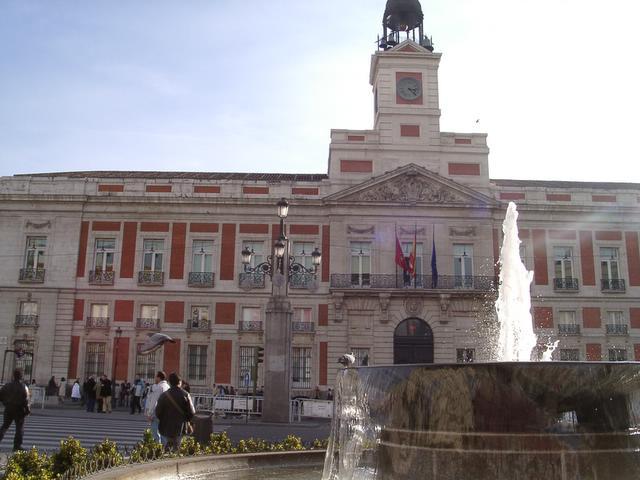 La tradicional Puerta del Sol. Navidad 2004 en Madrid