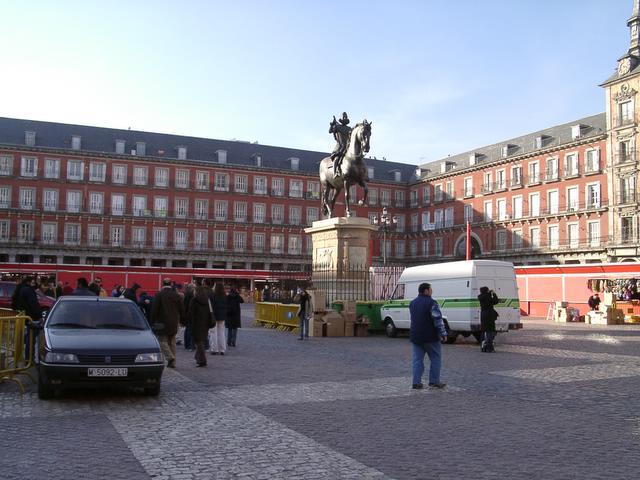 Preparando los puestos de la Plaza Mayor. Navidad 2004 en Madrid