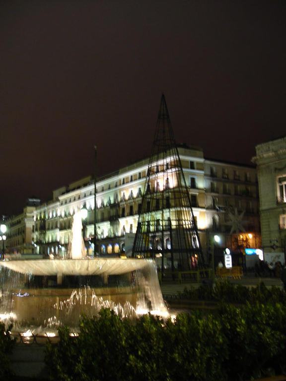 Abeto de Sol apagado. Navidad 2006 en Madrid