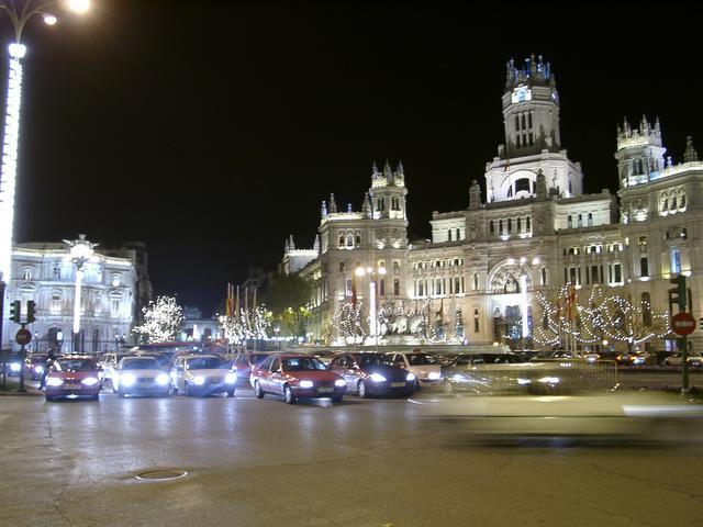 El Palacio de las Comunicaciones_ Cibeles y_ al fondo_ la Puerta de Alcala. Navidades anteriores