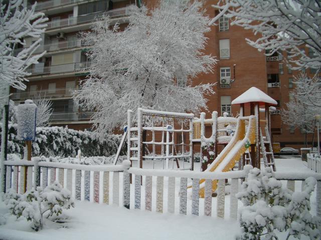 Parque infantil blanco. Madrid con nieve