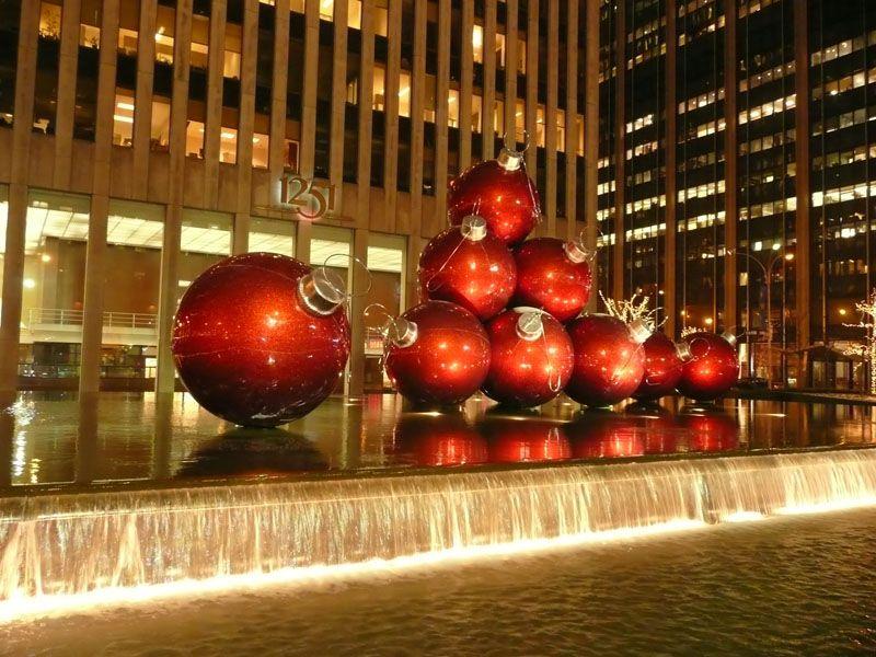 Bolas de Navidad en plena avenida. Nueva York (USA)