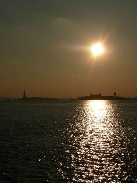 Puesta de sol en rio Hudson. Nueva York (USA)