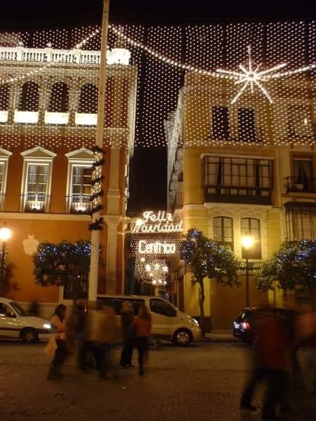Calle junto a plaza de San Francisco. Sevilla (España)