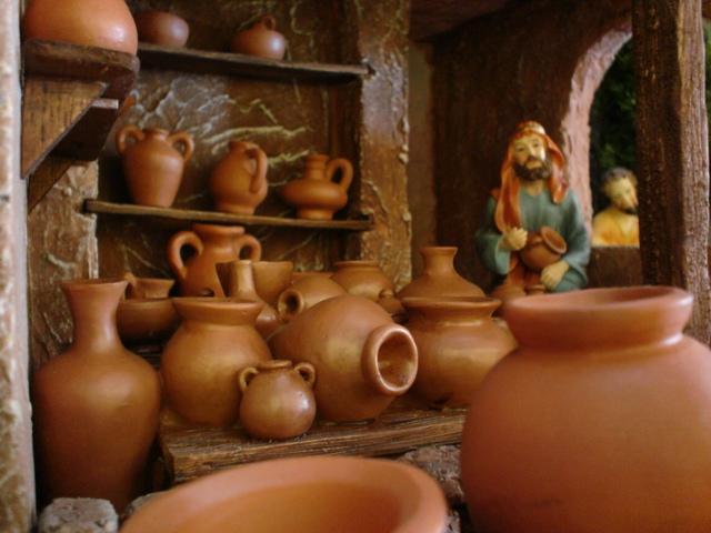 Alfarero y sus vasijas. Belén de Mauricio O. (Guatemala)