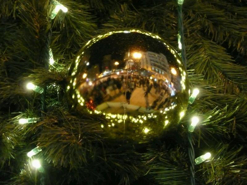 La Plaza de Callao vista desde una bola de Navidad. Navidad 2009 en Madrid