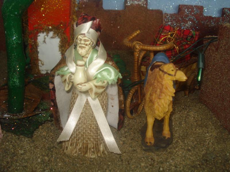 Rey Mago cargando regalos para el Niño Jesús. Belén de carlos alberto jaramillo (Coclé - Panamá)
