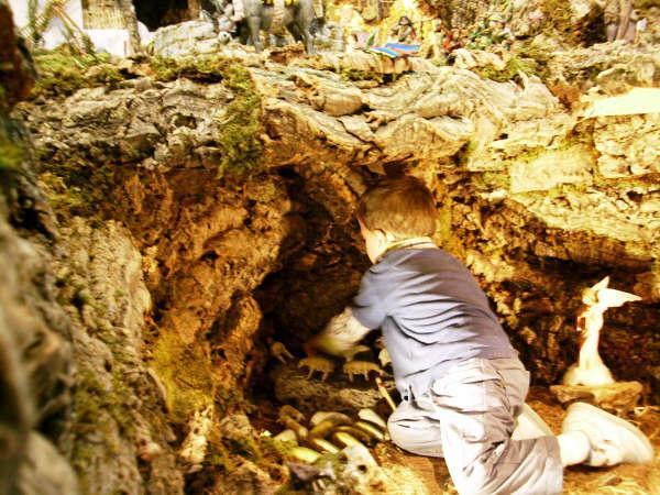 Preparando la Cueva de los Pastores. Belén de Familia Royo Tordera (Torrent, Valencia)