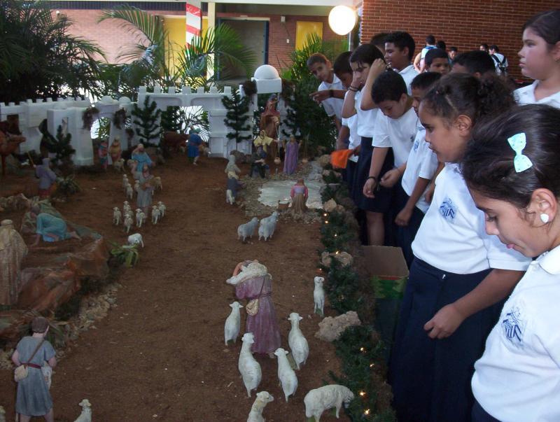 Visita de los niños. Belén de Alberto Perozo Vílchez (Colegio Gonzaga - Padres Jesuítas)