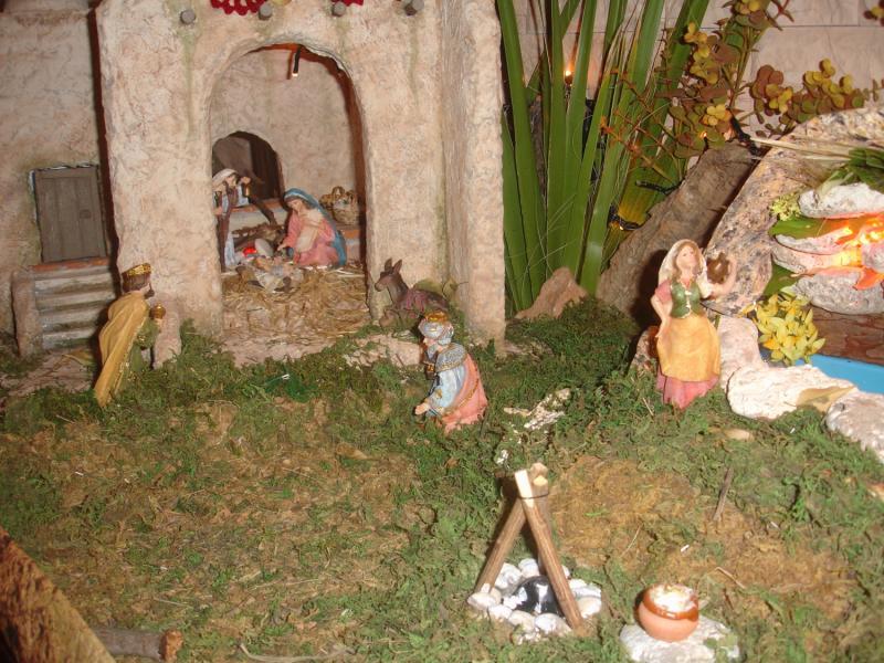 nacimiento con los Reyes Magos y pastora llevando agua. Belén de julia (Andalucia)