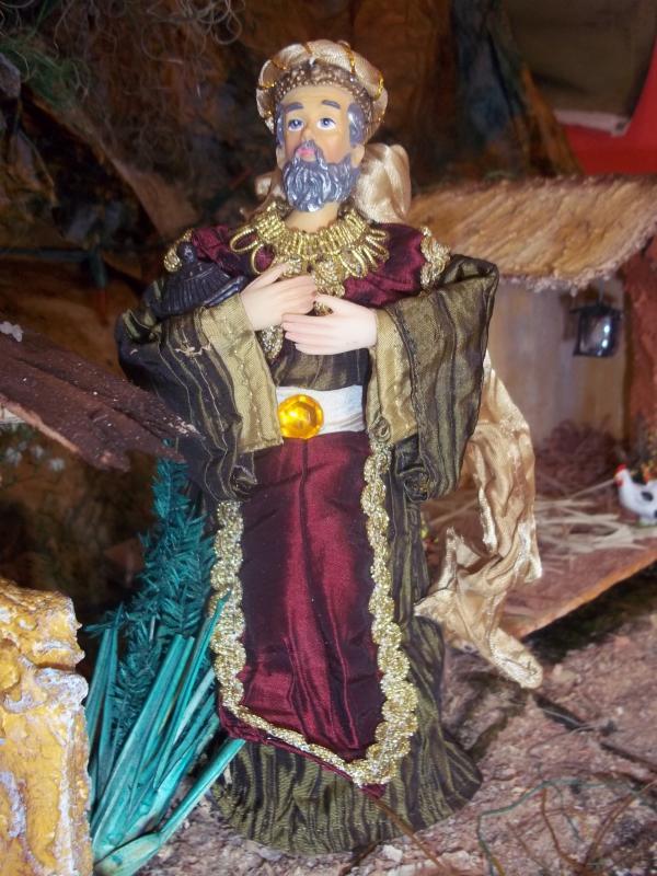 El rey mago lleva la ofrenda al niño Jesús. Belén de Solarte Mauricio (El Tambo Cauca)